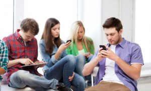 التكنولوجيا وتاثيرها علي العلاقات الاسرية