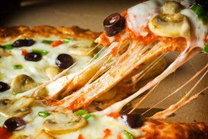 طريقة عمل بيتزا اللحم في المنزل